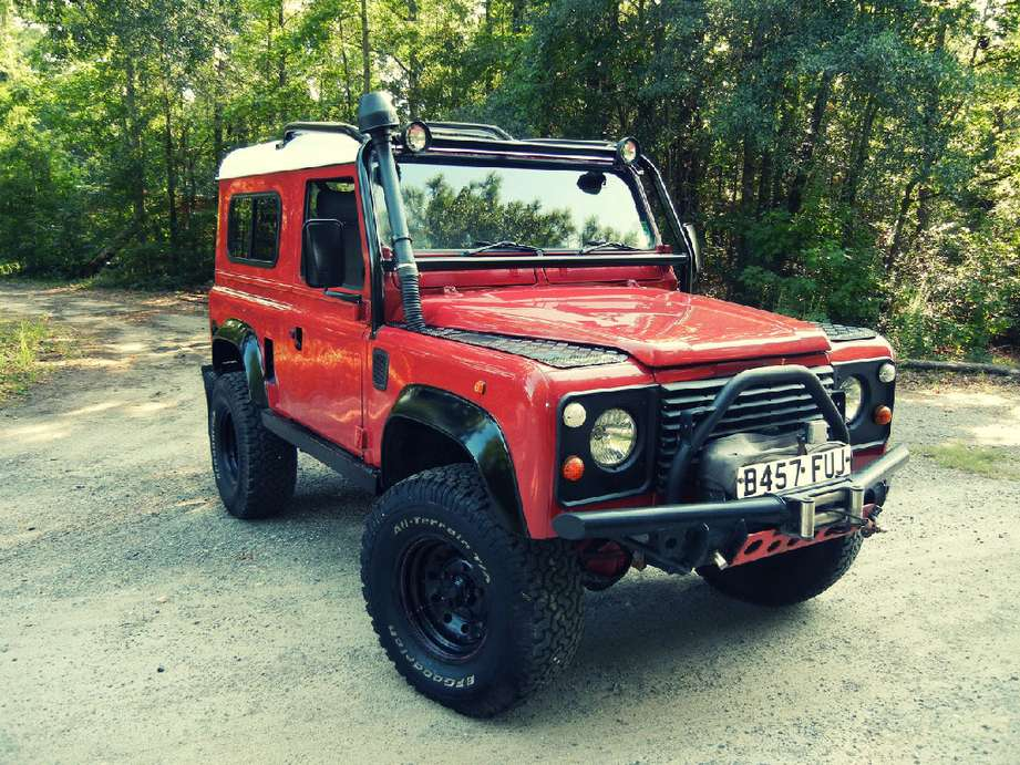 Land-Rover Defender 90 #9846129