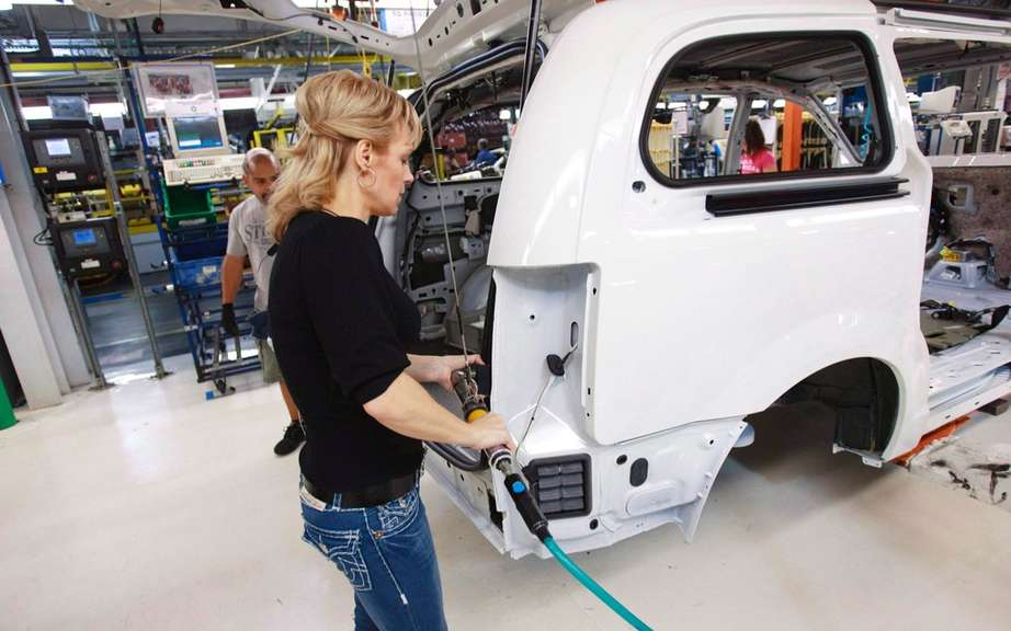 Chrysler Town & Country 2016 still assembled in Windsor