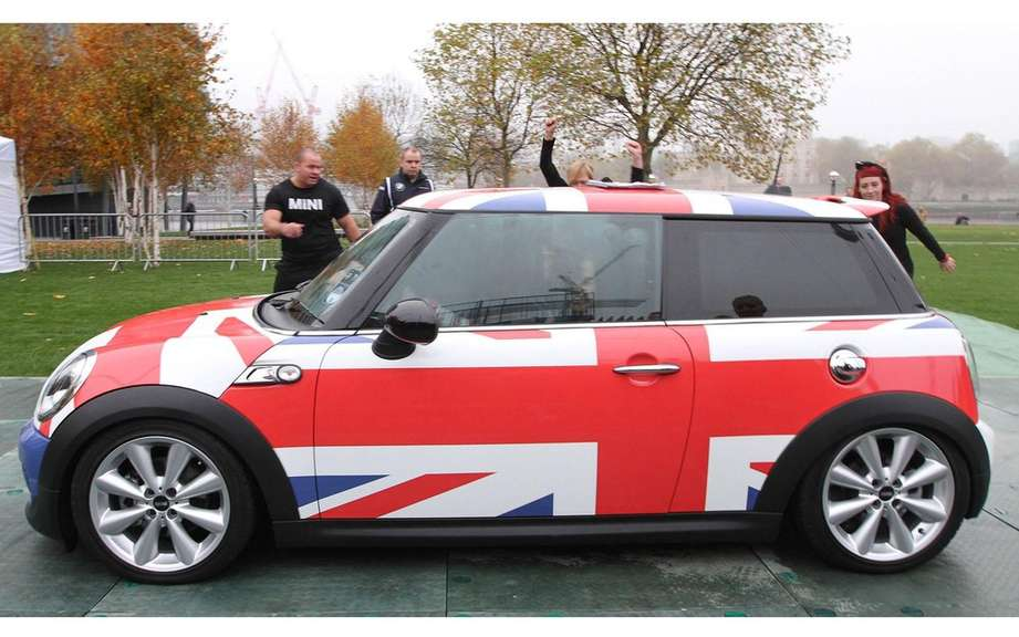 Mini Cooper welcoming 28 gymnasts for the Guinness World Records picture #2