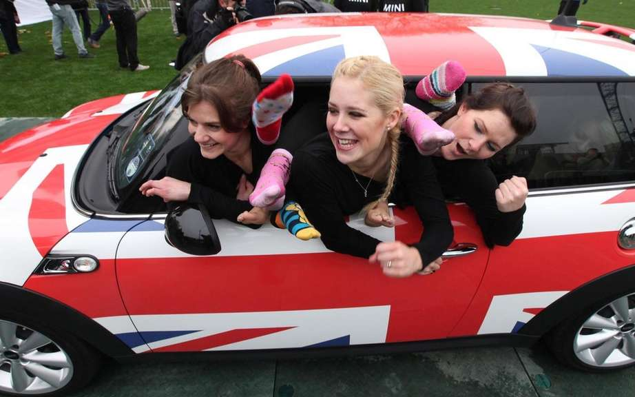 Mini Cooper welcoming 28 gymnasts for the Guinness World Records picture #3