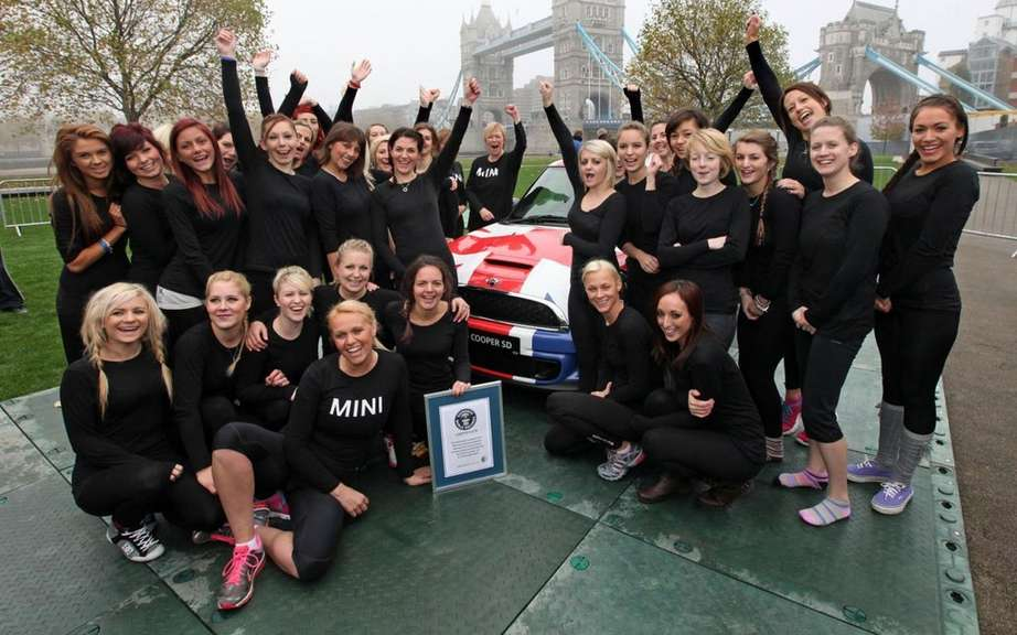 Mini Cooper welcoming 28 gymnasts for the Guinness World Records picture #5