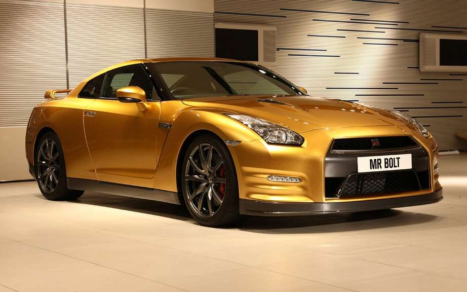 Nissan GT-R gold signed Usain Bolt picture #2