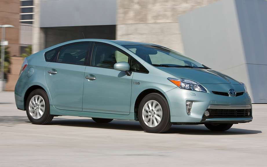 Toyota Prius plug-in hybrid: it beats the Volt and LEAF