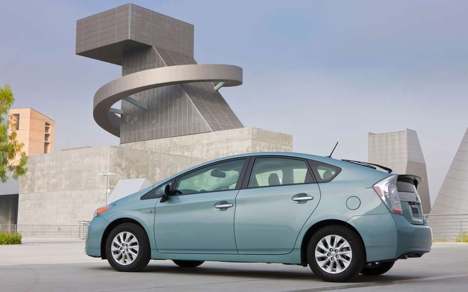 Toyota Prius plug-in hybrid: it beats the Volt and LEAF picture #2