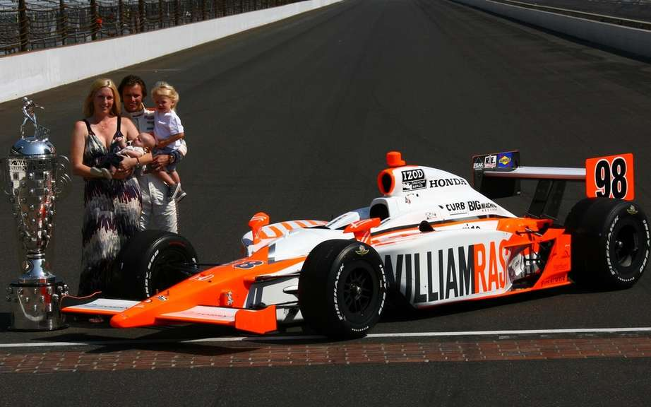The world of motorsport pays tribute to Dan Wheldon picture #1