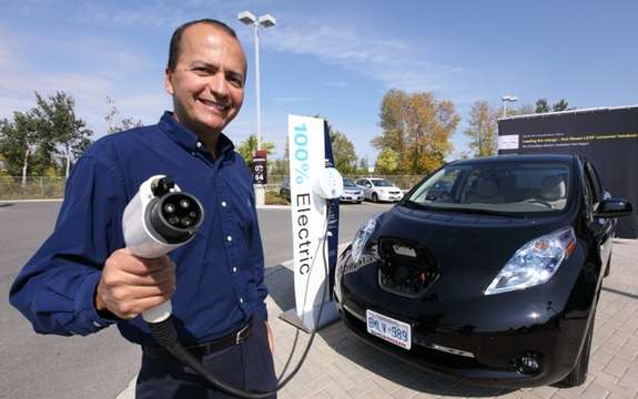 Nissan Canada delivers the first Nissan LEAF electric car 100%, a Canadian customer picture #2