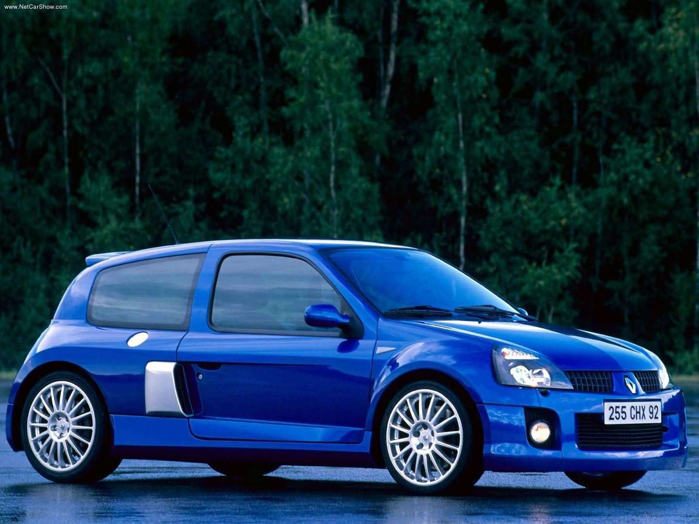 renault clio rs red bull racing rb7 the quintessential sports. Black Bedroom Furniture Sets. Home Design Ideas